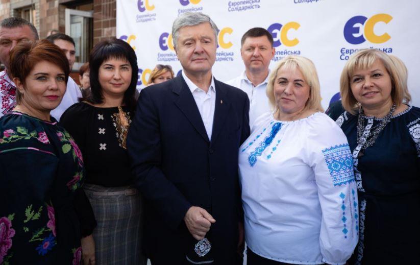 Петро Порошенко під час туру знімав маску і ігнорував соцдистанцію