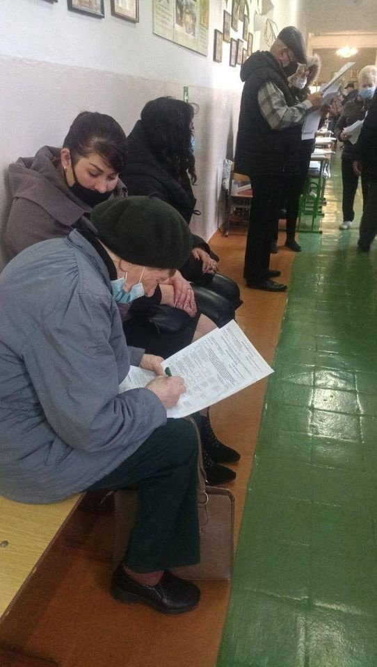 """Избиратели голосуют """"на коленях"""" / Фото Facebook Опора"""