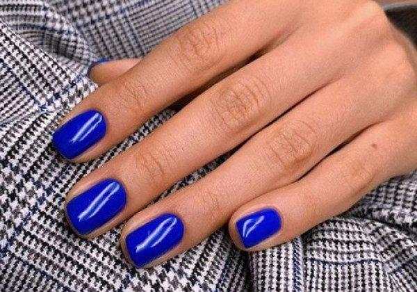 Модный синий маникюр осень 2020