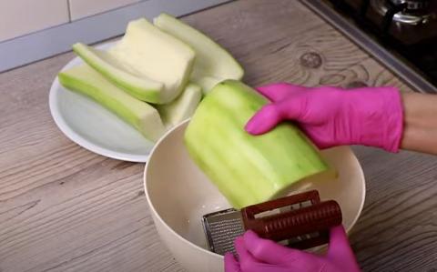Кабачкову запіканку можна приготувати з мінімальної кількості продуктів