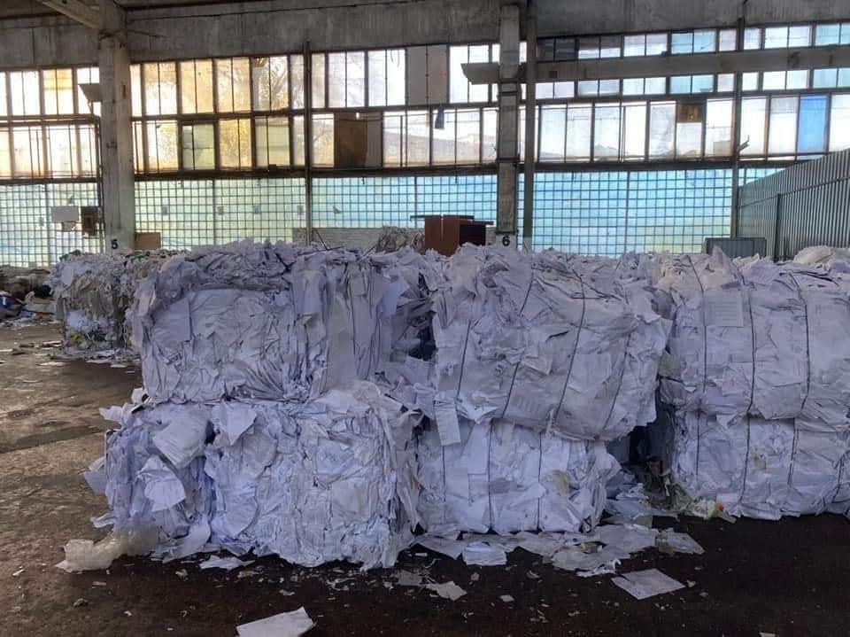 """""""Выбросили барахло"""": бюллетени для опроса Зеленского нашли на помойке"""