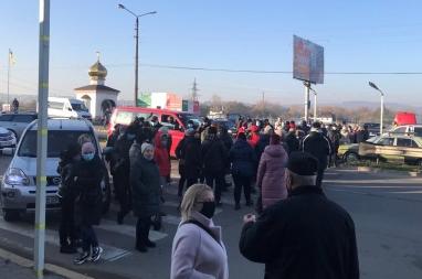 В Черновцах бизнесмены из-за карантина выходного дня перекрыли дорогу – Карантин выходного дня