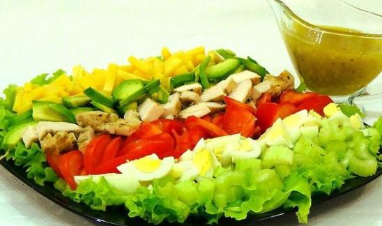 Эксперт сообщила, что американский салат подают на большом блюде – ингредиенты не смешивают и не заправляют – Кобб салат рецепт