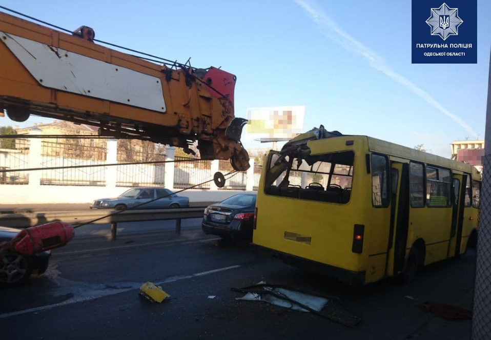 В Одессе кран врезался в маршрутку, трое пострадавших – Новости Одессы