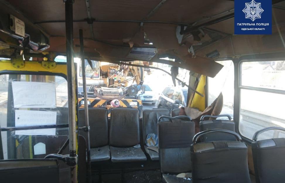 В Одессе кран врезался в маршрутку, трое пострадавших