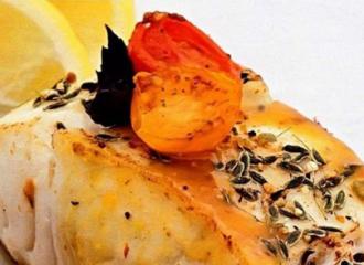 Дієтолог повідомила, що запечене філе риби з помідорами, сиром і базиліком – ідеальна вечеря – Що приготувати на вечерю швидко і просто