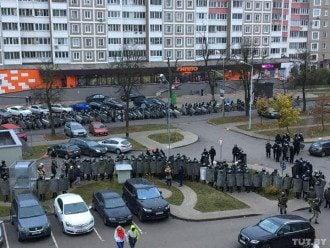 Силовики со щитами окружили людей в кольцо / Фото tut.by
