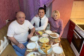 Фото Зеленського з батьками розкритикували в Мережі