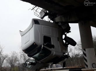 Под Мариуполем фура попала в необычное ДТП – Новости Мариуполя