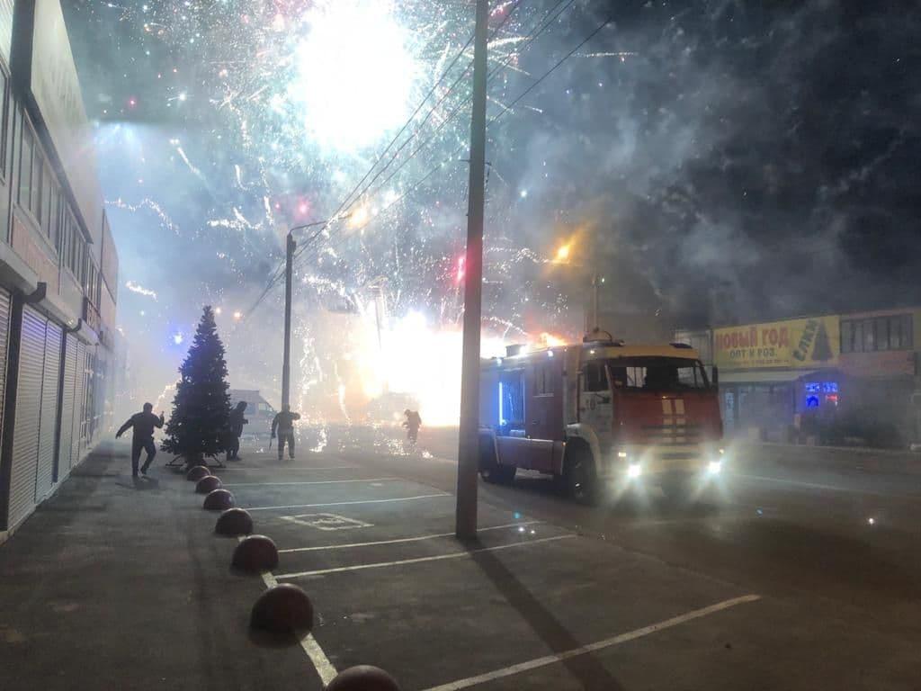 Взрывается все вокруг: в России вспыхнул мощный пожар на складах с пиротехникой