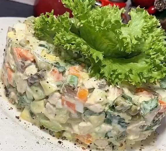 Традиционный новогодний салат можно приготовить с отварной куриной грудкой и без майонеза – Оливье с мясом