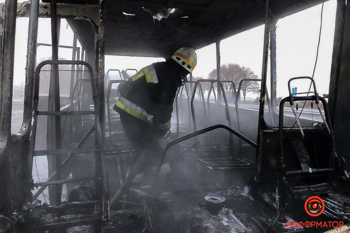 Загорелся микроавтобус