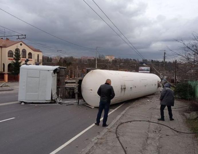 В Житомире перевернулась автоцистерна, эвакуированы 12 человек – Житомир ДТП