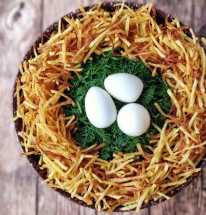 Красивий новорічний салат готується з перепелиними та курячими яйцями
