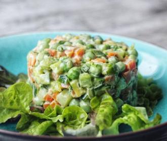 Традиционный новогодний салат с колбасой уже считается классическим