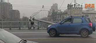 Транспортный коллапс в Киеве: на Шулявском мосту рухнули три столба