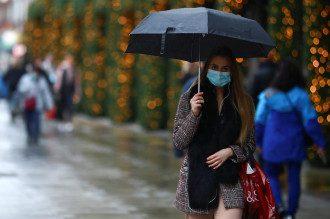 Новый штамм коронавируса очень быстро передается / Reuters