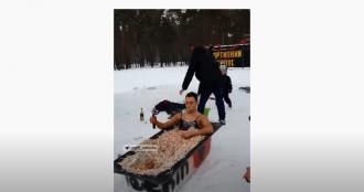 Жители города по-разному радуются выпавшему снегу / Фото: скриншот из видео