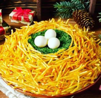 Красивий новорічний салат готується з перепелиними та курячими яйцями – Гніздо глухаря салат