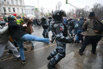 Протесты в России: несогласованный поджопник омоновцу