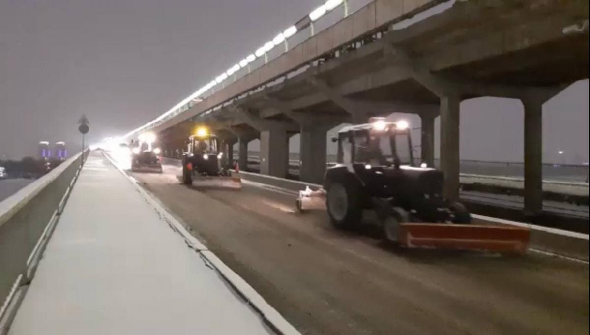 Погода в Киеве также ухудшилась, коммунальщики с ночи чистят улицы от снега / kyivcity.gov.ua