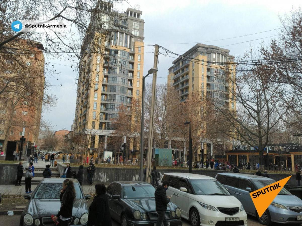Жители высоток повыходили на улицу после землетрясения / t.me/SputnikArmenia