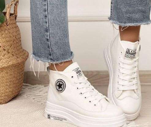 В моде высокие белые кроссовки / Instagram