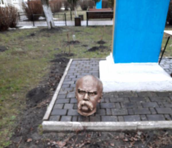 На Прикарпатье обезглавлен памятник Шевченко