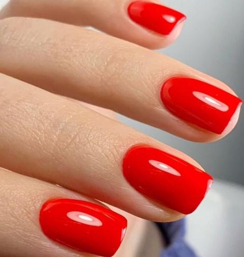 Модний червоний манікюр 2021 весна