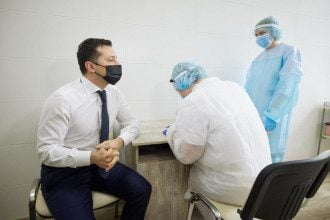 Президент поділився, що вакцинувався, попри перенесений COVID-19, оскільки в організмі було дуже мало антитіл