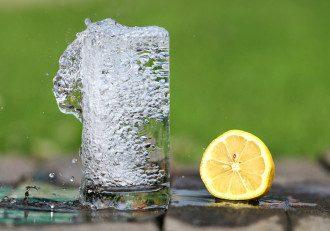 Кому нельзя пить воду с лимоном / pixabay