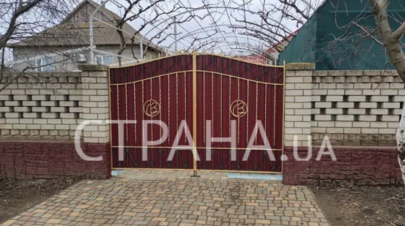 Отец активиста во дворе напал на женщину-контролера, узнали журналисты