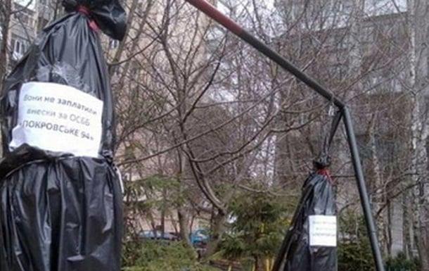 У Житомирі встановили шибениці для ЖКГ-боржників