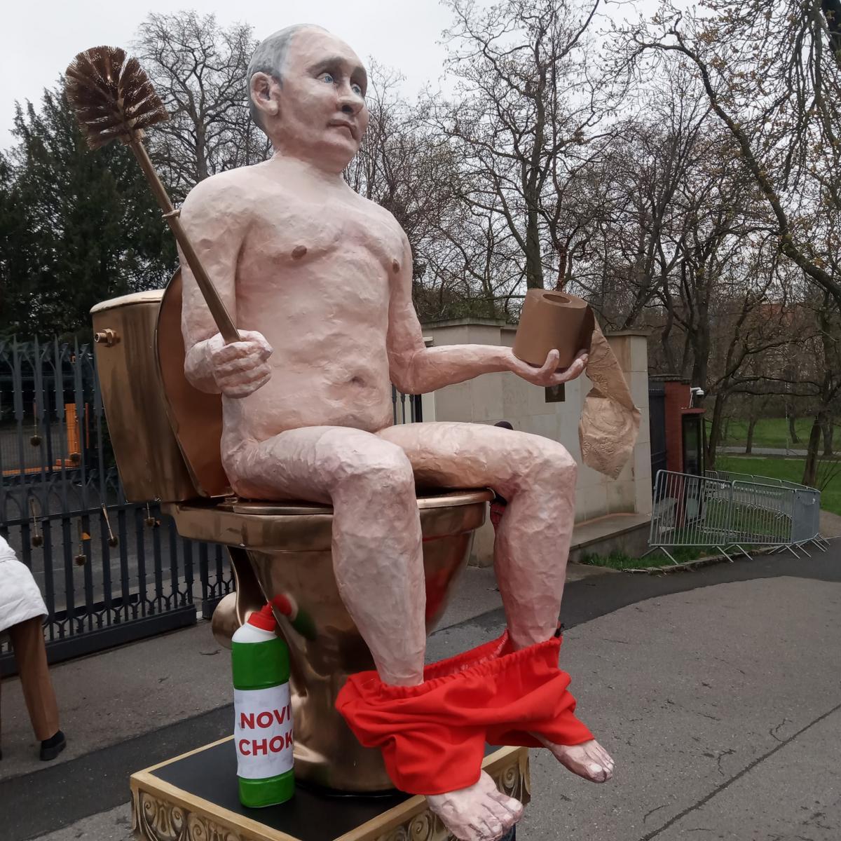 Голий Путін на золотому унітазі