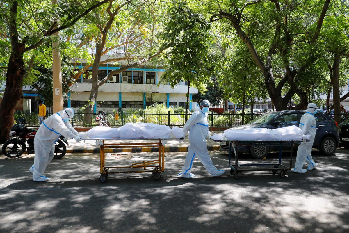 В Индии ежедневно тысячи человек умирают от COVID-19, крематории едва справляются с работой