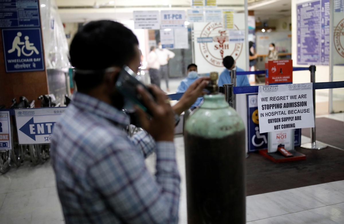 В Индии для больных COVID-19 кислород покупают родные