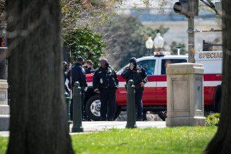 У Капитолия атаковали авто с полицейскими