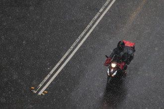 У низці регіонів української держави у неділю вдень та вночі очікується дощ