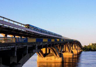 У Києві міст метро почав руйнуватися