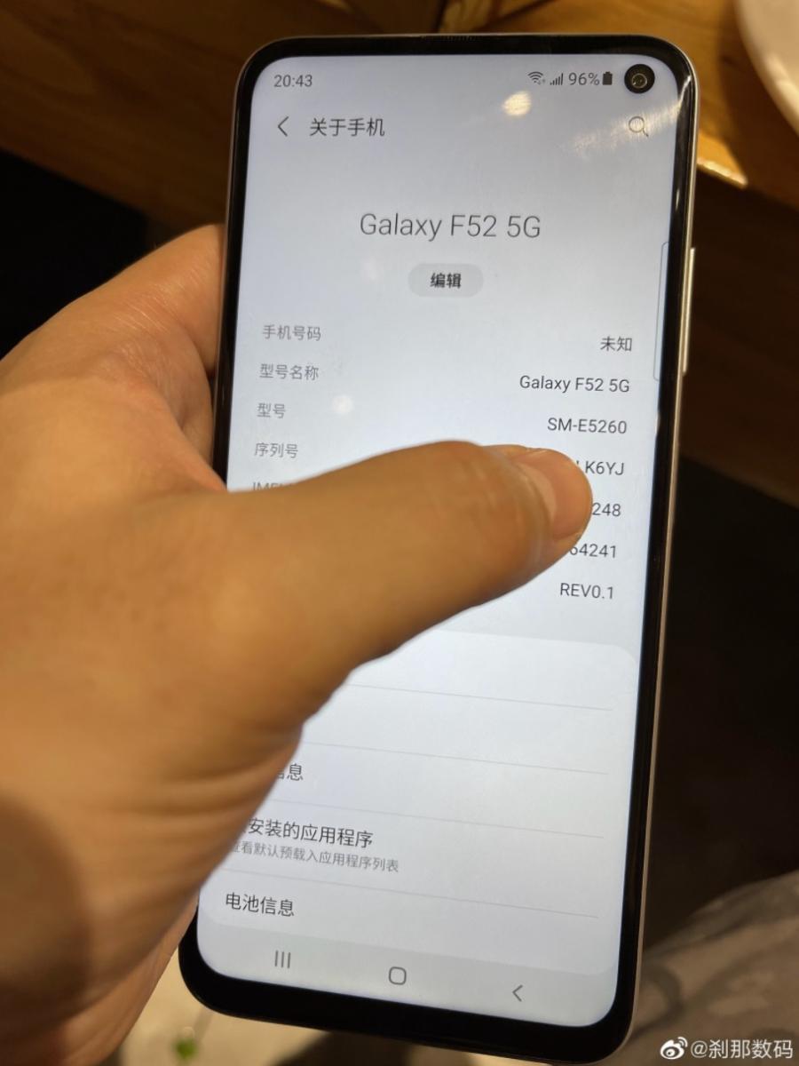 "Samsung Galaxy F52 красується на ""живих"" фото"