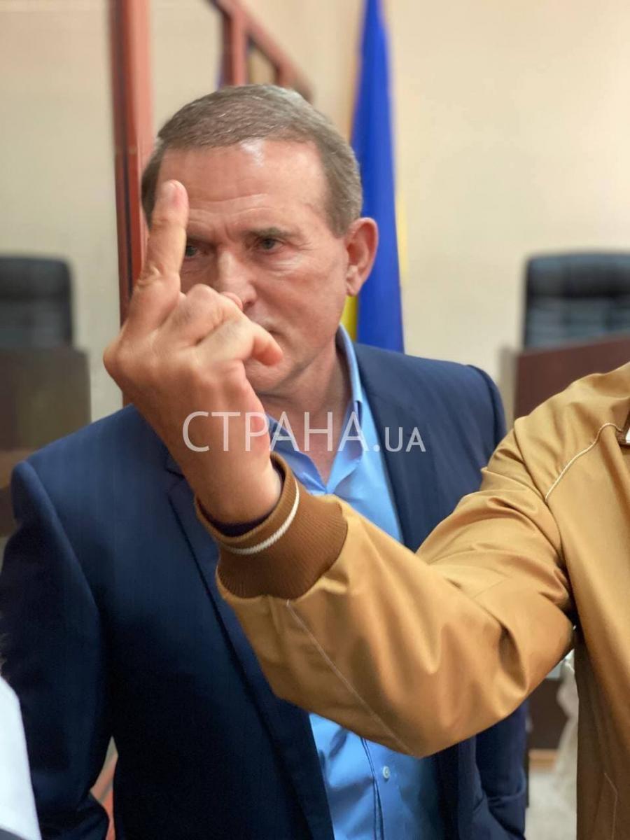 На суді над Медведчуком Рабінович показав усім фак на камеру