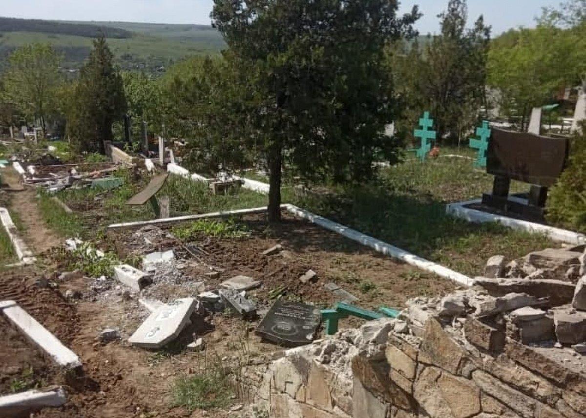 "В ""ЛНР"" танк стер с лица земли кладбище"
