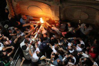 В Єрусалимі роздавали Благодатний вогонь