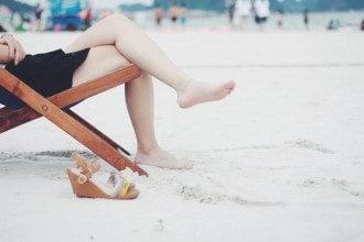 Ноги_нога_на_ногу_пляж