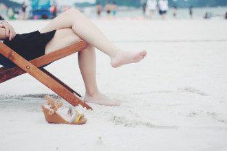 Ногі_нога_на_ногу_пляж