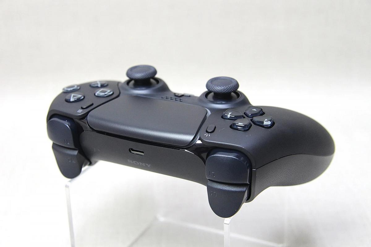 У Мережі з'явилися реальні фото контролерів DualSense в червоному і чорному кольорах