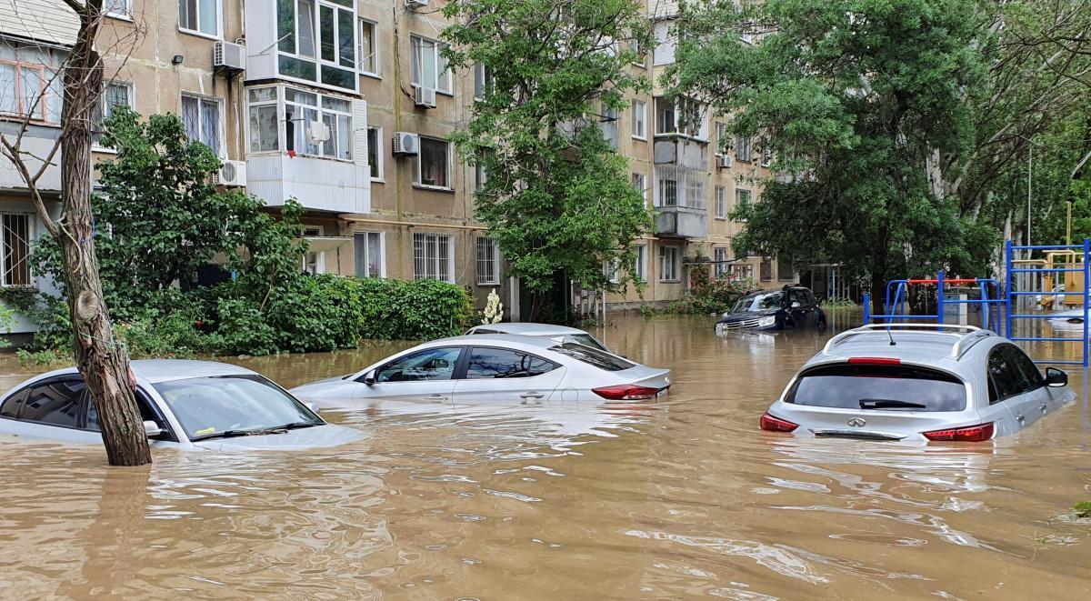 """Твориться якесь пекло, людей зносить разом з авто"""": повінь в Ялті стала  рекордною за 100 років - Главред"""