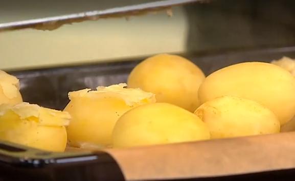 Молодой картофель перед запеканием необходимо отварить до полуготовности