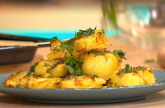 Запеченный картофель можно подать с зеленью
