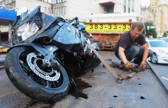 В Киеве на дороге не разминулись таксист и мотоциклист